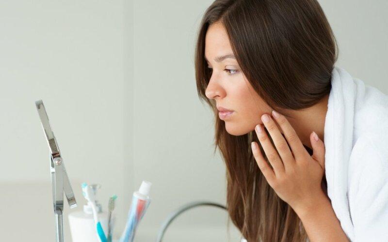 naine-peegel-nagu-meik-meikimine-kreem-vannituba-vananemine-valimus-66905469